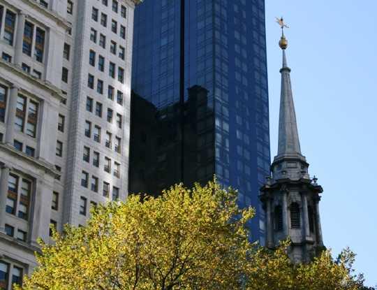 Kirche und Bank in Manhattan (Foto: Jan Thomas Otte)