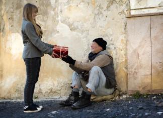 Geben ist seliger als nehmen. Wo steht's? (Foto: Halfpoint/ Shutterstock)