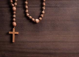 Das Kreuz mit dem Kreuz - Geistliche/r zu werden, können sich heute weniger vorstellen. Ein besonderer Beruf... (Foto: Ruslan Grumble/ Shutterstock)