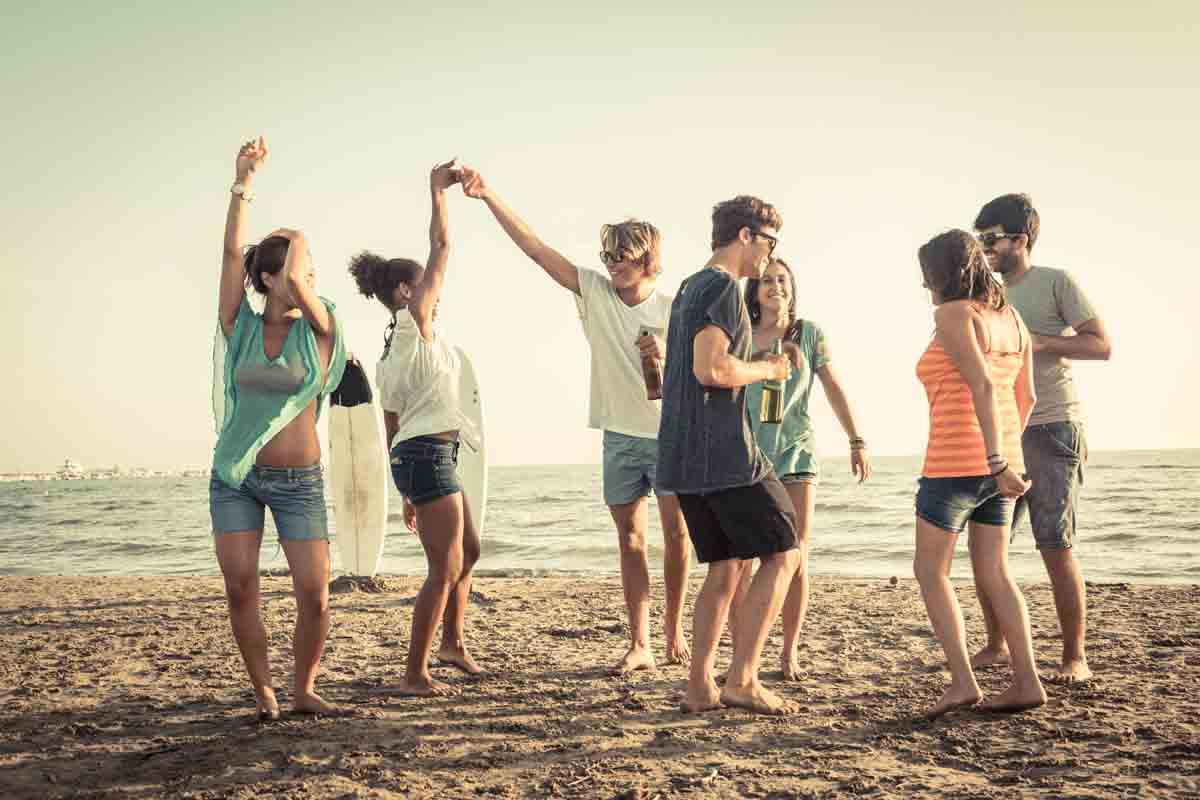 Hanging out at the beach! Gone surfing. Egal welche Religion, Geschlecht noch Hautfarbe. Wir sind Multi-Kulti, bunt und stets tolerant... (Foto: William Perugini/ Shutterstock)
