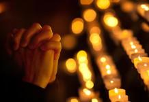 """Da hilft nur noch beten? Nun, manche Weihnachtsansprachen schaffen sie auch """"einfach so"""". Ob in oder außerhalb der Kirche... (Foto: Andrey_Kuzmin/ Shutterstock)"""