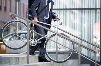 Auf dem Weg zum Zug, Ihrem neuen Office? (Foto: Lucky Business/ Shutterstock)