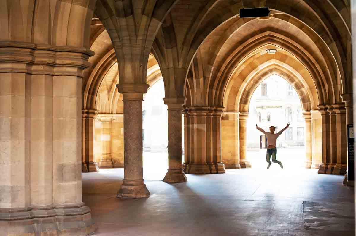 Jump into the air! Wir sind frei, aber auch religiös, irgendwie spirituell, glauben wir an das Göttliche - meist ohne institutionellen Überbau... (Foto: AnnaElizabeth photography/ Shutterstock)