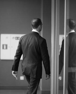 Ethik im Geschäft? Nicht immer haltbar, wenn es ernst wird - an den eigenen Kopf und Kragen... (Foto: Anna Jurkovska/ Shutterstock)