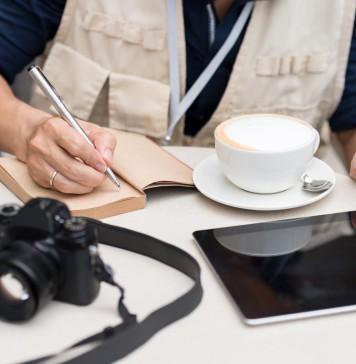 Heute ein ständiger Begleiter, Smartphone und Tablet in Zeiten der Digitalisierung... (Foto: Dragon Images/ Shutterstock)