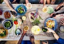 Gegessen wird, was auf den Tisch kommt - sieht manchmal anders aus als im Werbeprospekt... (Foto: Rawpixel.com/ Shutterstock)