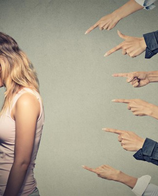 Alle sind gegen mich? Ein Gefühl, dass Mobber bei ihren Opfern erreichen wollen... (Foto: ESB Professional/ Shutterstock)