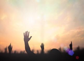 Hände zum Himmel, was glauben Deutschlands Jugendliche? (Foto: Jacob_09/ Shutterstock)