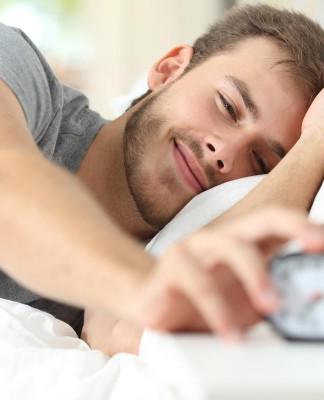 7 Uhr und der Wecker klingelt, zu früh? Wofür stehe ich eigentlich auf? Familienunternehmen, Konzern, Startup - Möglichkeiten gibt es viele... (Foto: Antonio Guillem/ Shutterstock)