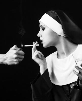Nonne = lebensfern? Mitnichten! Es muss ja nicht gleich eine Kippe sein... (Foto: Kotin/ Shutterstock)