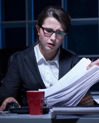 Immer schön das Licht anlassen. Bloß nicht der erste sein, der das Büro verlässt... (Foto: Photographee.eu/ Shutterstock)