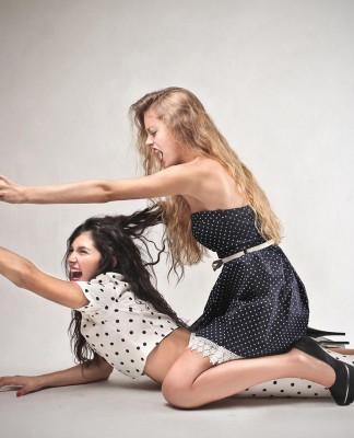 Sexuelle Belästigung - gibt's selbst unter Kolleginnen (Foto: Ollyy/ Shutterstock)