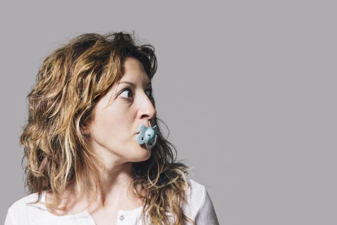Brauchst' einen Schnulli? Kinderbetreuung, ein ernstes Thema für Berufstätige... (Foto: Aude proyect/ Shutterstock)