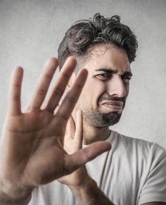 """""""STOP! So nicht..."""" - Schlagfertigkeit kannst du trainieren, auch wenn's manchmal weh tut... (Foto: Ollyy/ Shutterstock)"""