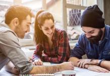 """""""Den oder diesen hier?"""" - Gerade junge Menschen machen heute häufiger zwei oder mehrere Ausbildungen, die Digitalisierung macht's möglich - und fordert es auch... (Foto: loreanto/ Shutterstock)"""