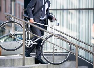 Wer die Karrieretreppe hochrast, geht sie auch manchmal wieder runter... (Foto: Lucky Business/ Shutterstock)