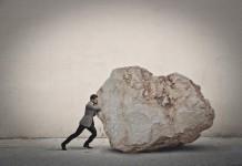 Der Stein muss weg! Versicherung ist nicht gerade ein Herzensthema... (Foto: Ollyy/ Shutterstock)