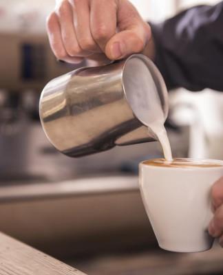 Erstmal Kaffee! Und dann ran an die Tasten, in dieser Reihenfolge... (Foto: VGstockstudio/ Shutterstock)