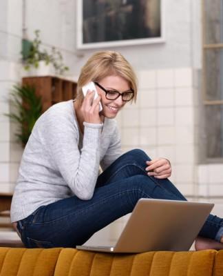 Ich habe den Job! Online oder offline gibt's dazu viele Möglichkeiten... (Foto: racorn/ Shutterstock)