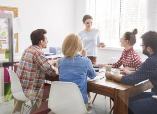 Besprechung, Sitzung, Meeting. Nicht immer läuft's so harmonisch ab. Wer ist dagegen? ;-) (Foto: gpointstudio/ Shutterstock)