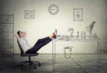 Beine hoch! Am Telefon oder Computer zuhause sieht's keiner... (Foto: pathdoc/ Shutterstock)