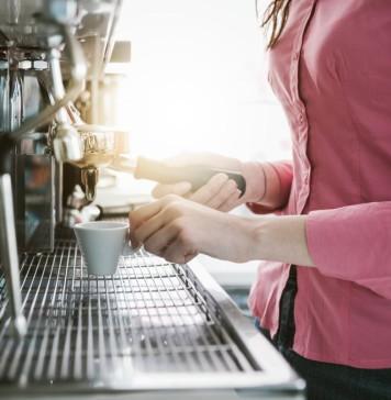 Kaffee-Vollautomaten stehen mittlerweile in fast jedem Privathaushalt, bedienen können muss sie trotzdem jemand... (Foto: Stokkete/ Shutterstock)