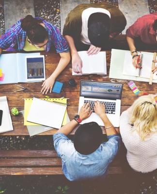 Alle an einem Tisch, da wird's spannend wer welche Rolle einnimmt. Wer zieht? Wer blockt... (Foto: Rawpixel.com/ Shutterstock)
