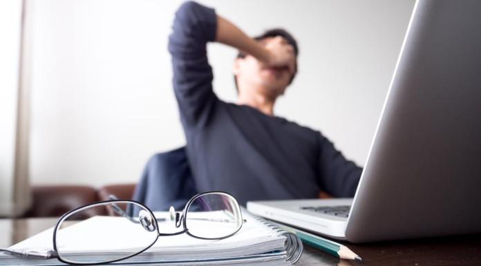 Völlig fertig nach dem Bewerbungsgespräch? Das passiert... (Foto: GooGag/ Shutterstock)