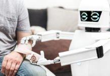 """""""Wie geht's uns denn heute so?"""" - Fleissig lernende, helfende Roboter sollen uns nicht nur beim demographischen Wandel helfen, sondern auch dem Mittelstand neue Umsatzpotentiale erschliessen... (Foto: Miriam Doerr Martin Frommherz/ Shutterstock)"""