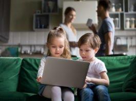 Video-Games? Gibt es mittlerweile schon für die Kleinen um gross rauszukommen. Lernspiele u.v.m... (Foto: fizkes/ Shutterstock)