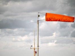 Dein Fähnchen gerne mal nach dem Wind gerichtet? Ein zweites Homeoffice-Jahr in Folge ohne Flurfunk verändern sich unsere Verhaltensweisen im Büro. Auch Führungskräfte müssen umdenken... (Foto: Sergey Hmelevskih/ Shutterstock)