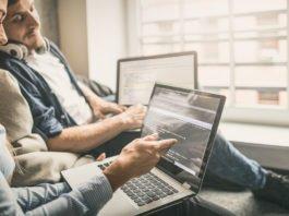 """""""Schau' mal hier..."""" - Halbwertzeit von Wissen wird immer geringer, vor allem im IT-Bereich. Fortbildungen sind Pflicht... (Foto: REDPIXEL.PL/ Shutterstock)"""