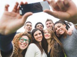 Und noch schnell ein Selfie. Networking ist harte Arbeit - und braucht mehr Zeit... (Foto: William Perugini/ Shutterstock)