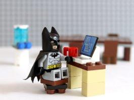 Sei ein Batman im Büro! Mut zum Quer- und Tief-Denken... (Foto: cjmacer/ Shutterstock.com)
