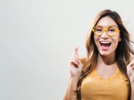"""""""Keep your fingers crossed"""" - und alles wird gut? Naja, in Corona-Zeiten ein gut gemeinter Vorschlag. Was helfen kann... (Foto: TierneyMJ/ Shutterstock)"""