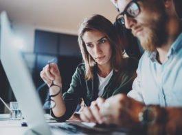 Bewertungen im Netz, gefaket, von professionellen Agenturen erstellt oder echt, authentisch? Ein paar Tipps für Leser*innen... (Foto: SFIO CRACHO/ Shutterstock)
