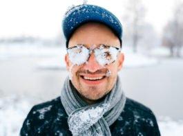 Gut gemotzt über Corona-Beschränkungen. Schnee aus den Augen wischen und auf Los gehts los! (Foto: Benevolente82/ Shutterstock)