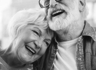 Glücklich und zufrieden im Alter, oft geht das nur mit einer passenden Pflege. Entsprechendes Personal wird aber meist händeringend gesucht... (Foto: Olena Yakobchuk/ Shutterstock)