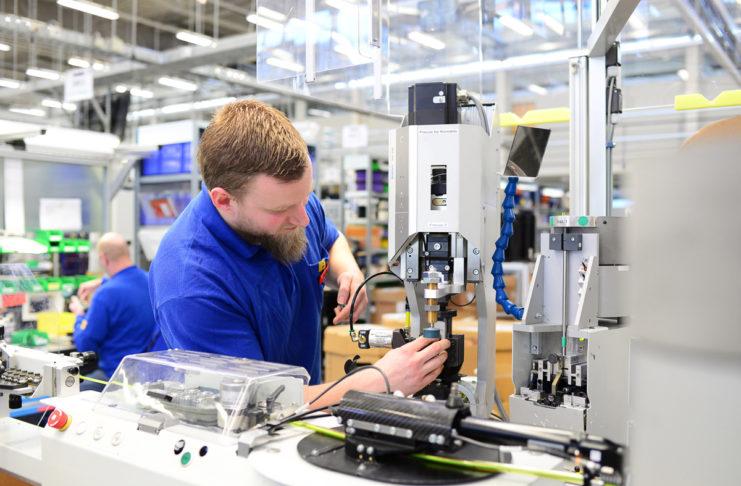 """Praktika sind super, um erste Berufserfahrung zu sammeln - """"on the Job""""... (Foto: industryviews/ Shutterstock)"""
