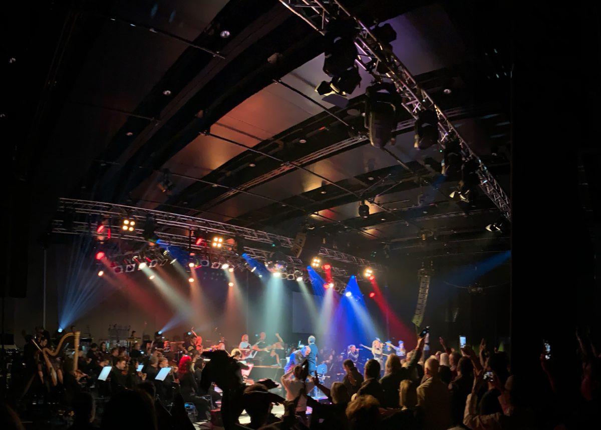 Ungewöhnlicher Ort für ein Orchester, eine Ex-Industriehalle (Foto: Jan Thomas Otte)