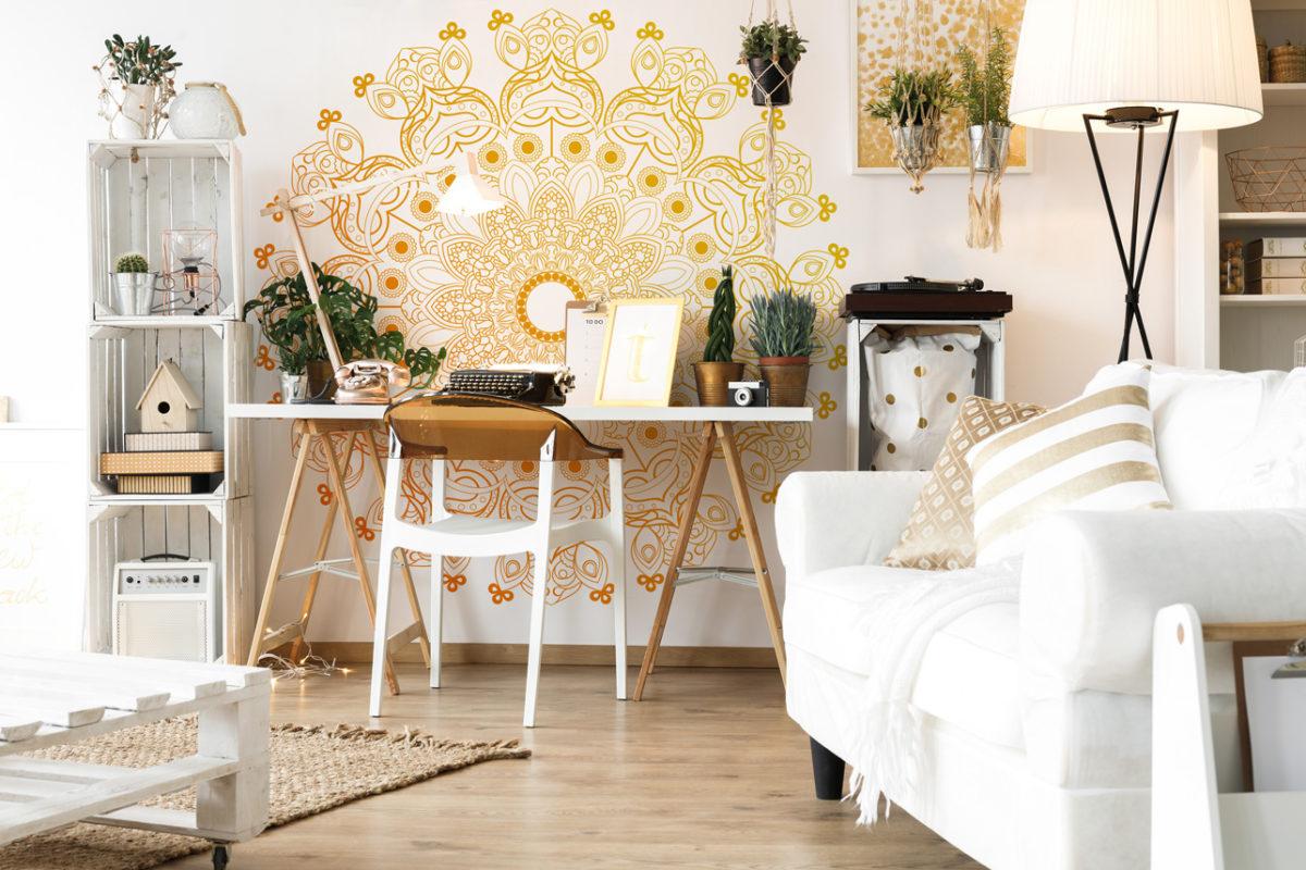 Weißes Home-Office mit Fototapete orientalisches Mandala (Foto: myredro.de)